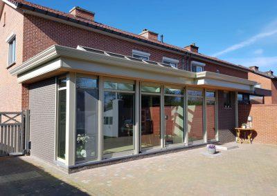 Grijze veranda met hout in de zon