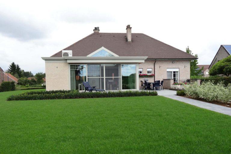 Woning met grote tuin en veranda